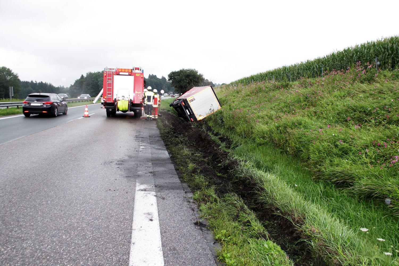 26961815-lkw-unfall-auf-a8-bei-rohrdorf-am-26august