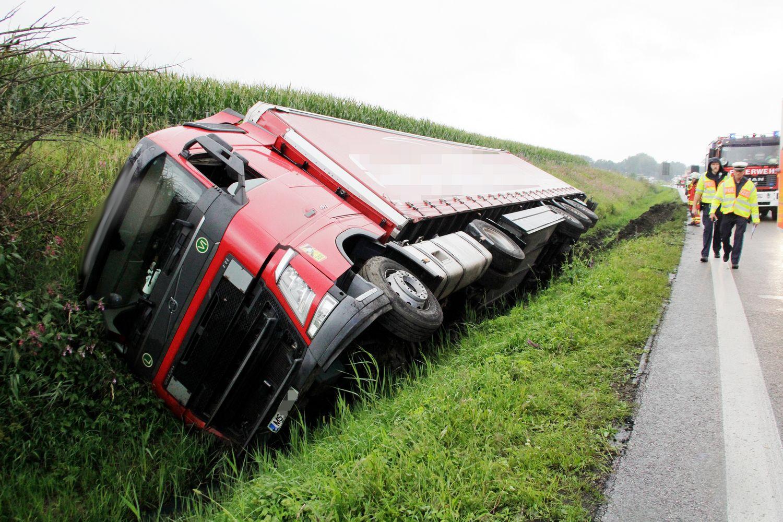 26961821-lkw-unfall-auf-a8-bei-rohrdorf-am-26august